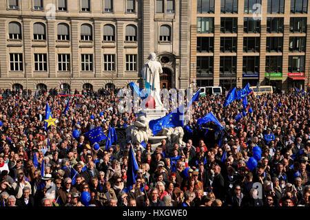 Europa, Deutschland, Berlin, Mitte, Gendarmenmarkt, Demo fuer Europa der Buergerinitiative Pulse of Europe | Demonstration - Stock Photo
