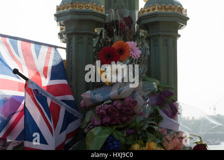 London, UK. 28th March 2017. Floral tributes on Westminster Bridge, following the Terror attack Credit: Ian Davidson/Alamy - Stock Photo