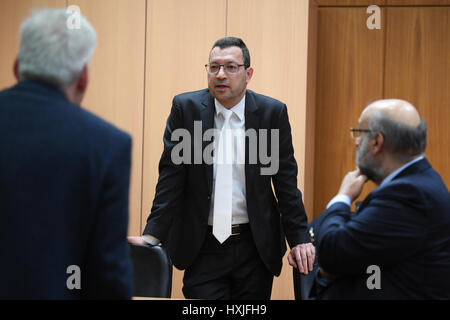 Frankfurt, Germany. 29th Mar, 2017. Judge Alexander El Duwaik (C) in conversation with defence lawyers Andreas Kost - Stock Photo