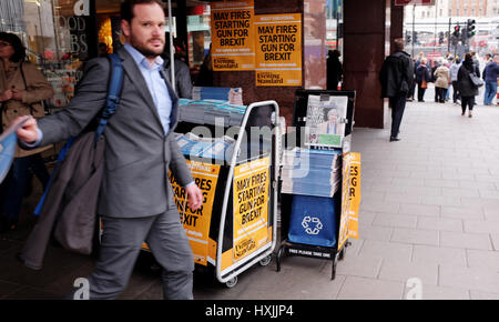 London, UK. 29th Mar, 2017. Londoners pick up copies of the London Evening Standard newspaper in Westminster to - Stock Photo