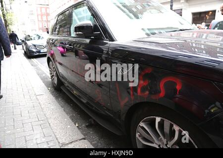 London, UK. 29th Mar, 2017. An unhappy customer writes on their Range Rover and parks it opposite Mayfair Range - Stock Photo