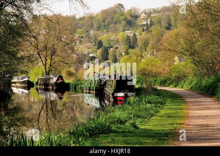 Narrowboats moored beside the Kennet and Avon canal. - Stock Photo