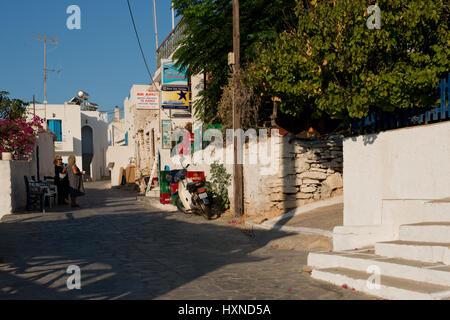 Zwei Frauen unterhalten sich auf der Dorfstrasse in Agios Georgios im Abendlicht, Iraklia Insel, kleine Kykladen, - Stock Photo