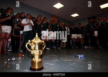 SOUTH AFRICAN TEAM & TROPHY RUGBY WORLD CUP FINAL STADE DE FRANCE PARIS FRANCE 20 October 2007 - Stock Photo