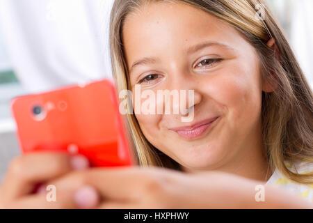 Girl plays on the Internet, Mädchen spielt im Internet