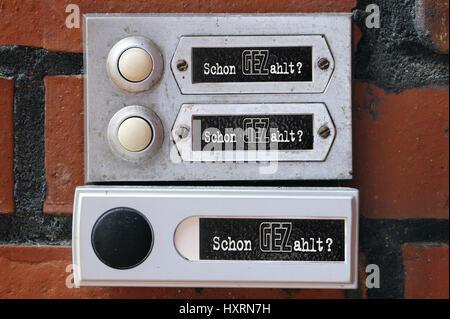 Three bells with the GEZ slogan Already Paid? GEZ delivery per household, Drei Klingeln mit dem GEZ-Slogan Schon - Stock Photo