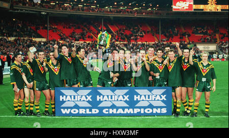 AUSTRALIA CELEBRATE WINNING THE RUGBY LEAGUE WORLD CUP 29 October 1995 - Stock Photo