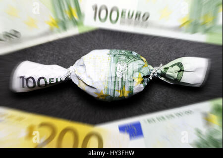 Sweet in euro-light hundred muffled, bonus payments, Bonbon in Hundert-Euro-Schein eingewickelt, Bonuszahlungen Stock Photo