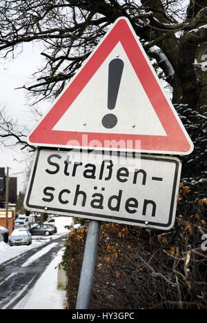 Hard winter: Road sign street damages, Harter Winter: Verkehrsschild Straßenschäden
