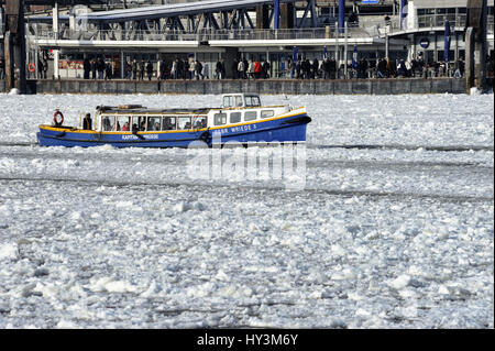 Longboat in the wintry Hamburg harbour, Germany, Europe, Barkasse im winterlichen Hamburger Hafen, Deutschland, Europa