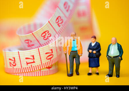 Senior citizens and dimension tape, symbolic photo Flexi pension, Senioren und Maßband, Symbolfoto Flexi-Rente