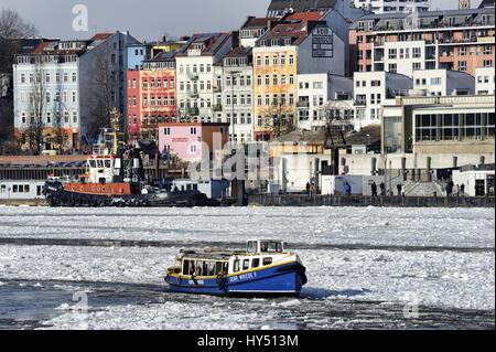 Harbour longboat in the wintry Hamburg harbour, Germany, Europe, Hafenbarkasse im winterlichen Hamburger Hafen, Deutschland, Europa