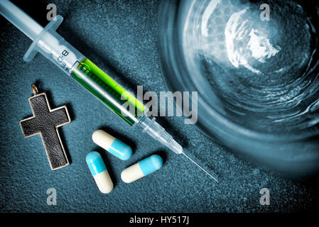 Water glass, cross, tablets and syringe, symbolic photo Sterbehilfe, Wasserglas, Kreuz, Tabletten und Spritze, Symbolfoto - Stock Photo