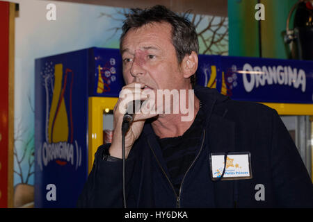 Paris, France. 31th March, 2017. Jean-Luc Reichmann sings at Opening evening of the 2017 Throne Fair for the benefit - Stock Photo