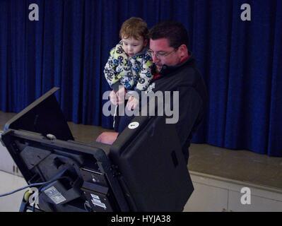 Ferguson, Missouri, USA. 5th Apr, 2017. Ferguson Mayor JAMES KNOWLES holds his son while he votes in Ferguson, MO Credit: Steve Pellegrino/ZUMA Wire/Alamy Live News