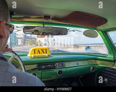 Old fashioned classic 1950s American car in vibrant pink colour with image of Che Guevara in Havana, Cuba - Stock Photo