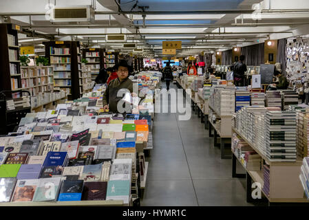 Chinese readers in Librairie Avant-Garde Book store, one of China's most beautiful bookshop - Stock Photo