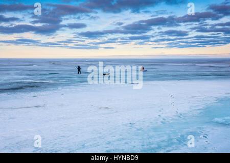Ice on lake winnipeg in late spring hecla provincial park for Lake winnipeg ice fishing