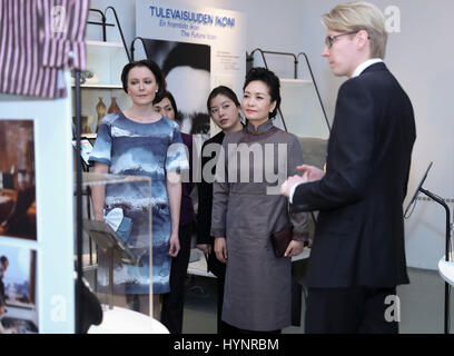 Helsinki, Finland. 5th Apr, 2017. Peng Liyuan (2nd R), wife of Chinese President Xi Jinping, visits the Design Museum - Stock Photo