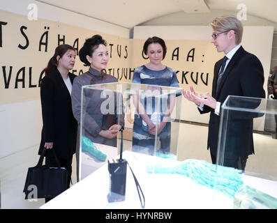 Helsinki, Finland. 5th Apr, 2017. Peng Liyuan (2nd L), wife of Chinese President Xi Jinping, visits the Design Museum - Stock Photo