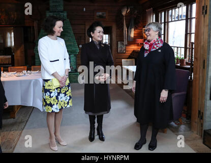 Helsinki, Finland. 5th Apr, 2017. Peng Liyuan (C), wife of Chinese President Xi Jinping, visits Ainola, the former - Stock Photo