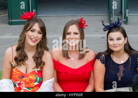 Liverpool, Merseyside, UK. 6th Apr, 2017. Opening day fashion at the Aintree Grand National Festival. In light of - Stock Photo