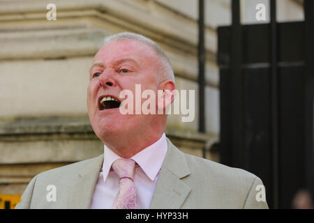 Whitehall. London. UK 6 Apr 2017. Trevor Merrells of the United Cabbies Group (UCG). speaking outside Downing Street. - Stock Photo