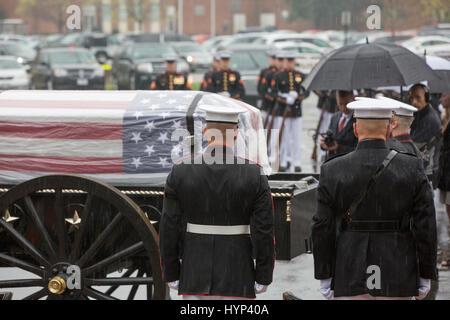 Arlington, Virginia, USA. 6th Apr, 2017. The Commandant of the Marine Corps Gen. Robert B. Neller, left, observes - Stock Photo