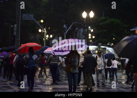 April 6, 2017 - SâO Paulo, São paulo, Brazil - BRAZIL, SP - APRIL 06: People walk through a cold and wet night - Stock Photo