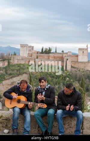 Mirador de San Nicolás, El Albaicín, Granada: flamenco played in the open air, with the Alhambra beyond - Stock Photo