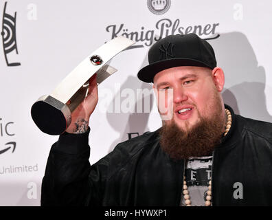 Berlin, Germany. 06th Apr, 2017. The British Blues and Soul singer Rag 'n' Bone Man is glad over his award in the - Stock Photo