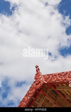 Traditional Maori carvings on the roof of the whare waka boat house - Waitangi, Northland, New Zealand - Stock Photo