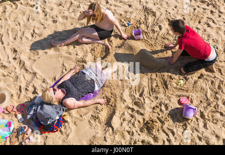 Bournemouth, Dorset, UK. 8th Apr, 2017. UK weather: lovely warm sunny day as visitors head to the seaside to make - Stock Photo
