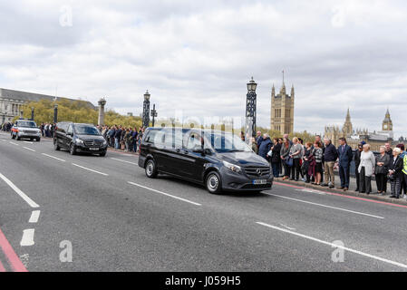 London, UK. 10th Apr, 2017. Mourners pay their respects as the cortege for PC Keith Palmer passes by on Lambeth - Stock Photo