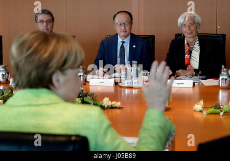 Berlin, Germany. 10th Apr, 2017. German Chancellor Angela Merkel (front, CDU), welcomes Roberto Azevedo (back, l - Stock Photo