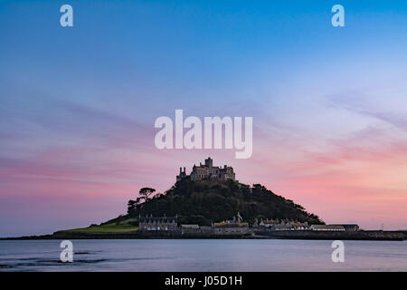 Marazion, Cornwall, UK. 10th Apr, 2017. UK Weather. The sunset over St Michaels Mount and Mounts Bay. Credit: Simon - Stock Photo