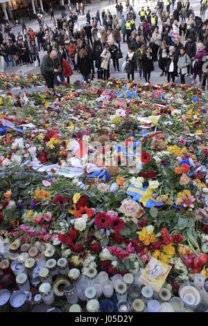 Stockholm, Sweden. 10th April, 2017. Gathered crowd mourning Stockholm terrorist attack at Sergels Torg square stairway, - Stock Photo