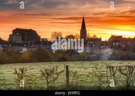 UK Weather - The overnight groundfrost melts away as the sun rises over the Wiltshire hillside town of Malmesbury, - Stock Photo
