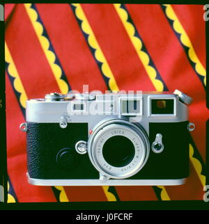 AJAXNETPHOTO. UNITED KINGDOM. -  CLASSIC LEICA CAMERA - NEW SPECIAL EDITION SILVER JUBILEE M6-J WITH ELMAR-M F/2.8 - Stock Photo