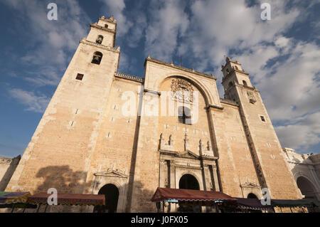 Mexico, Yucatan, Merida, Plaza de la Independencia, Cathedral San Ildefonso - Stock Photo