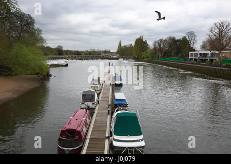 The Thames Path, Teddington Weir and Lock to Richmond along the south side of the River Thames, Royal Borough of - Stock Photo