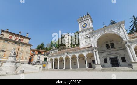 Piazza della libertà (Freedom square) with the arches of the Loggia di San Giovanni and behind the caste of Udine - Stock Photo