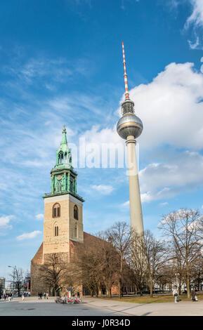 Fernsehturm hinter der St.Marienkirche, Berlin, Deutschland   TV tower behind the  St.Mary Church, Berlin, Germany - Stock Photo