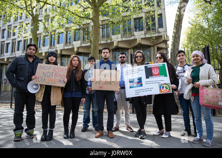 London, UK. 15th April, 2017. Members of the Afghan community and supporters protest outside the US embassy against - Stock Photo