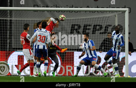Lisbon, Portugal. 15th Apr, 2017. Braga's Pedro Santos (Top) heads the ball to score during 2016/2017 Portuguese - Stock Photo
