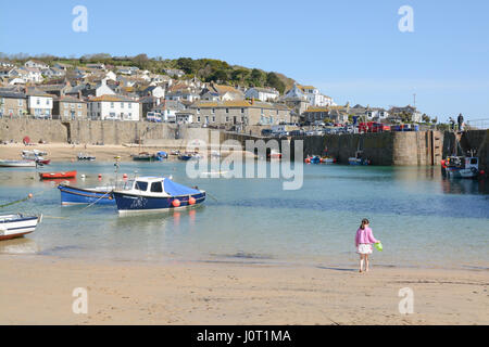 Mousehole, Cornwall, UK.16th April 2017. UK Weather. Bright sunshine for the harbour town of Mousehole on Easter - Stock Photo