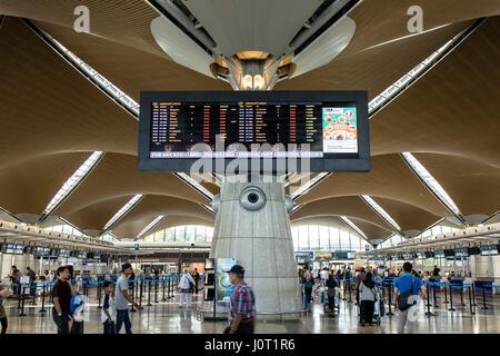 Kuala Lumpur, Malaysia. 16th April, 2017. Malaysian muslim pack the Kuala Lumpur International Airport (KLIA) going - Stock Photo