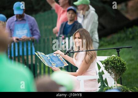Washington, USA. 17th Apr, 2017. Washington DC, April 17, 2017, USA: First Lady Melania Trump reads a book to visitors - Stock Photo
