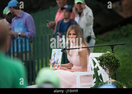 Washington, USA. 17th Apr, 2017. Washington DC, April 17, 2017, USA: First Lady Melania Trump reads to visitors - Stock Photo