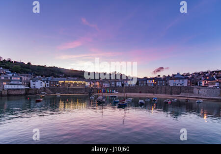 Mousehole, Cornwall, Uk. 17th April 2017. UK Weather. After a cloudy Easter Monday, the clouds lifted late in the - Stock Photo